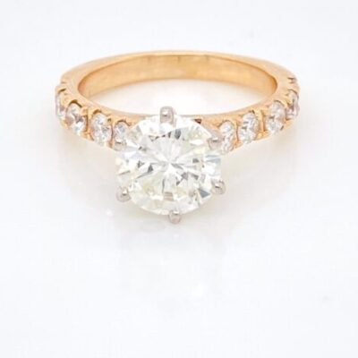 2.88 ctw. Round Cut Diamond in a Brilliant Golden Setting